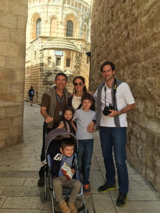 nestor y familia con chicos