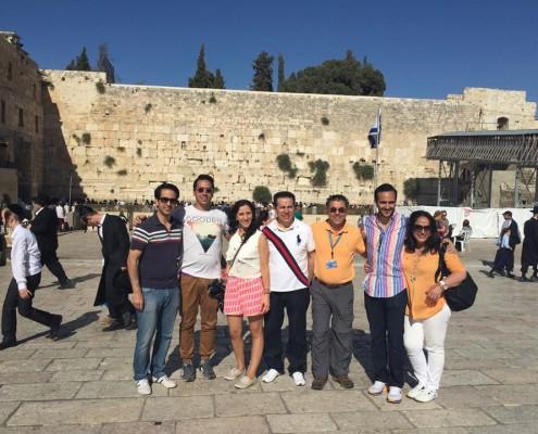 Familia Latina difrutando en el muro occidental